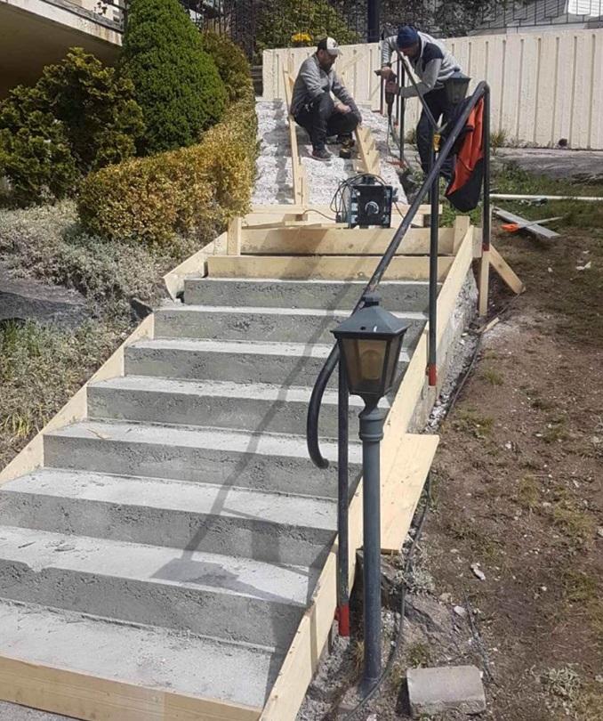 Nygjuten trappa som ska beläggas med skifferstenar.