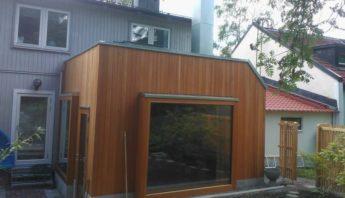 Tillbyggnad villa i Bagarmossen. Fasad i amerikanskt träslag som heter Oregon Pine. Monterat av båtbyggare Johan.